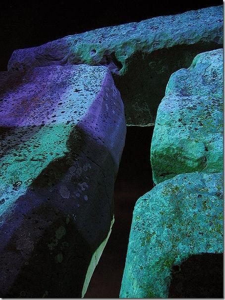 450px-Stonehenge_Floodlit_trilith