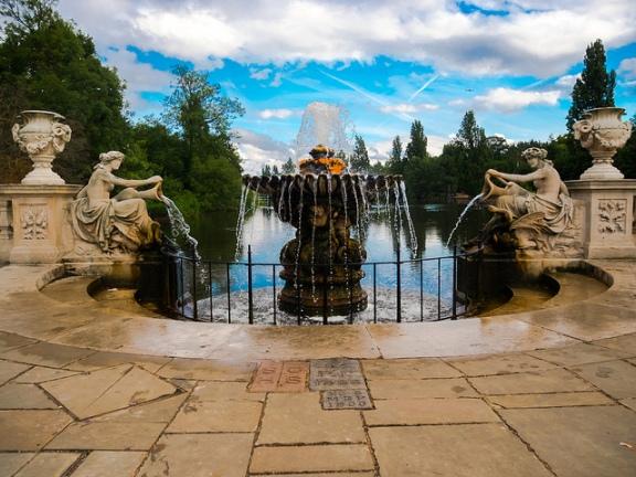 image fountain at kensington gardens
